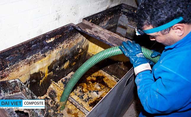 nhân viên vệ sinh hút dầu mỡ